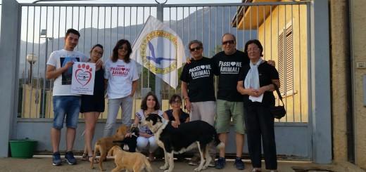 rappresentanti e volontari delle associazioni davanti al canile di Castrovillari